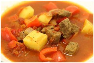 Gullashsuppe med kartoffel og peberfrugt