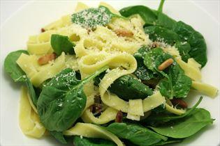 Pasta med pinjekerner og spinat