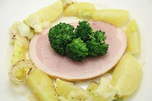 Skinke med kartofler og broccoli
