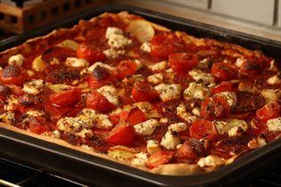 Pizza med chorizopølser, kartofler og feta