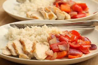 Kylling med peberfrugtsaute og ris