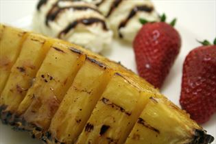Marineret ananas på grill med is