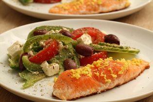 Laks med græsk salat