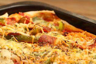 Pizza med pepperoni og peberfrugt