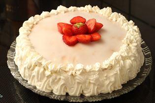 Lagkage med jordbær og hvid chokolade