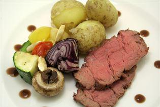 Oksemørbrad med grønsagsspyd og rødvinssauce