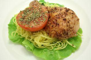 Grillkylling med pasta og salat