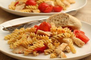 Stegt pasta med kylling og tomat