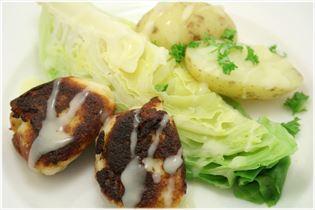 Fiskefrikadeller med spidskål og kartofler