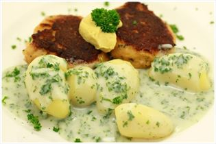 Fiskefrikadelle med kartofler og persillesovs