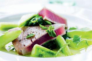 Tun marineret med agurk og frisk oregano
