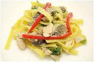 Frisk pasta med champignon og salat.