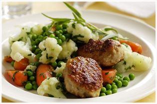 Frikadeller med persillestuvede grøntsager