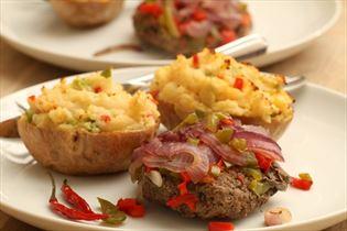 Hakkebøf i stanniol med fyldte kartofler