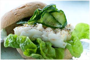Torskeburger med agurkesalat
