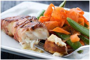 Baconsvøbt torsk med råsyltede grøntsager