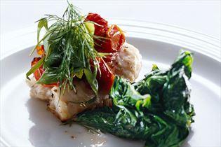 Ising med soltørrede tomater og spinat