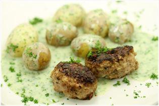 Nye kartofler med persillesauce og frikadeller