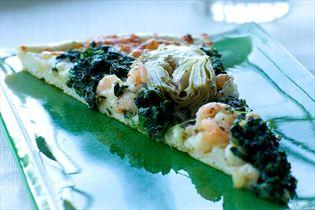 Pizza med spinat, rejer og artiskok