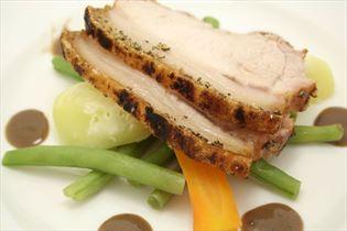 Flæskesteg med grønsager og rosmarinsauce