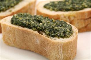 Basilikumpesto på brød