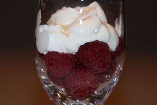 Græsk yoghurt med hindbær