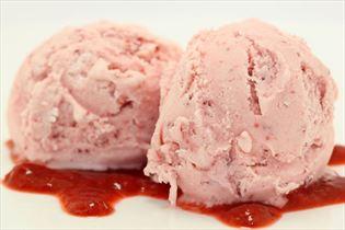 Yoghurtis med jordbær