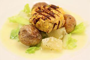 Fiskefrikadeller og salat med pomelo