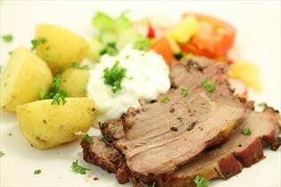 Grillet lammekølle med tzatziki og salat