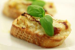 Lækre ostebruschetta med pære