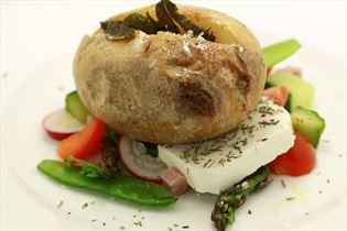 Bagekartoffel med salviesmør og skinkesalat