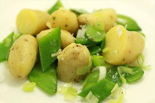 Kartoffelsalat med sukkerærter og forårsløg