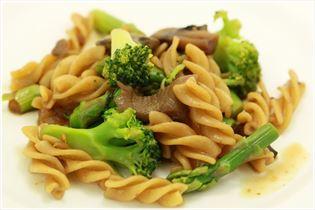 Lækker varm pastasalat med asparges
