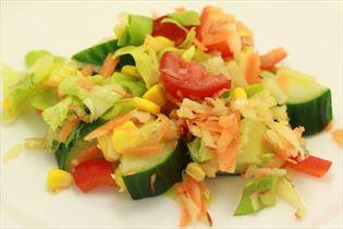 Sommer salat med æble og gulerod