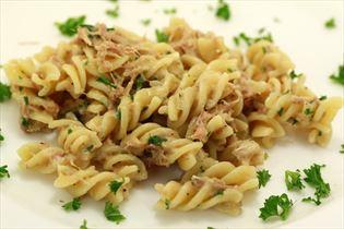 Tun i pasta med persille og hvidløg