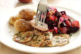 Sauté-skiver, rødbedesalat og saltbagte kartofler