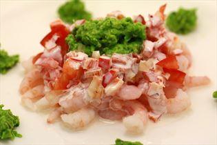 Rejer med chilidressing, tomatsalat og ærtepesto