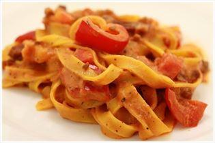 Frisk pasta med bacon og tomatsauce