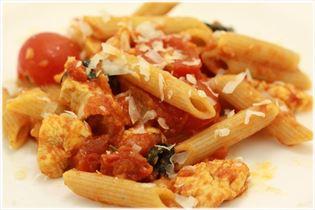 Pasta med kalkun, tomat og parmesan