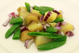 Kartoffelsalat med rødløg og ærter