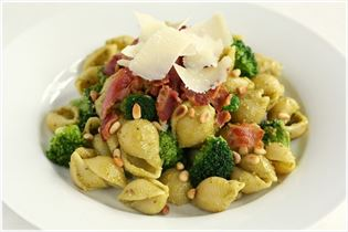 Pastasalat med pesto, broccoli og bacon