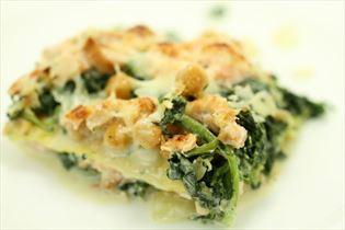 Lakselasagne med kikærter og spinat