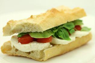 Frisk avocado, tomat, mozzarella sandwich