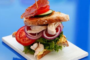 Club sandwich med kylling, dressed i karry