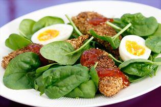 Kyllingefilet i sesam på spinat med smilende æg