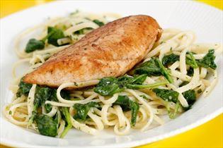 Stegt kyllingebryst på pasta med spinat