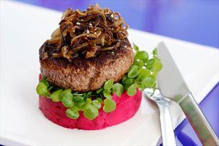 Hakkebøf med bløde løg på kartoffelmos med rødbede