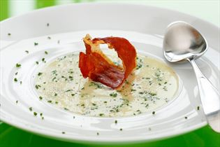 Kartoffelsuppe med sprød skinke og purløg