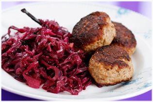 Frikadeller med hjemmelavet rødkål og rugbrød