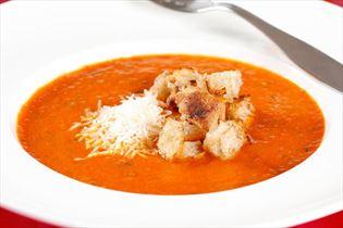 Stærk tomatsuppe med ost og croutons